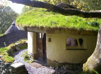 Round shape earth building and green roof