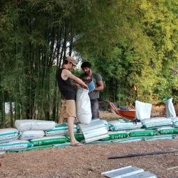 Remplissage des sacs avec la terre
