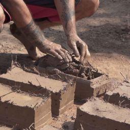 Moulage de briques adobe